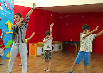 Teacher teaching dance art to kids at Building Kidz Gurgaon